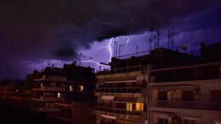 Καιρός: Ισχυρή καταιγίδα πλήττει την Αττική, χιόνια στα περίχωρα της Θεσσαλονίκης