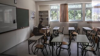 Θα ανοίξουν τελικά τα γυμνάσια - λύκεια; Ο «πονοκέφαλος» των μεταλλάξεων και ο κίνδυνος νέων μέτρων