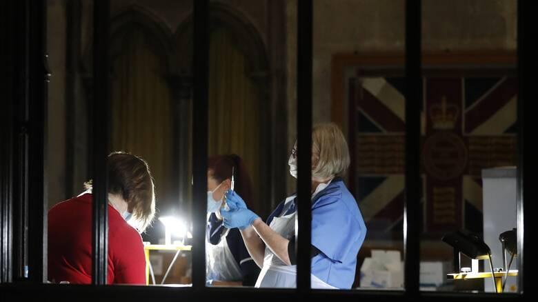 Εμβόλιο κορωνοϊός: Όλο και πιο θετικοί οι Βρετανοί μετά το νέο άλμα στα κρούσματα