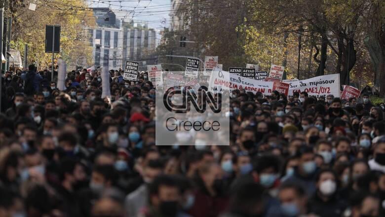 Πανεκπαιδευτικό συλλαλητήριο: Χιλιάδες διαδηλωτές και εικόνες συνωστισμού στους δρόμους της Αθήνας