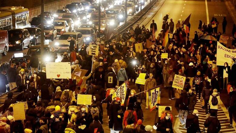 Πολωνία: Δεύτερη νύχτα διαδηλώσεων μετά τη δημοσίευση του διατάγματος που απαγορεύει τις αμβλώσεις