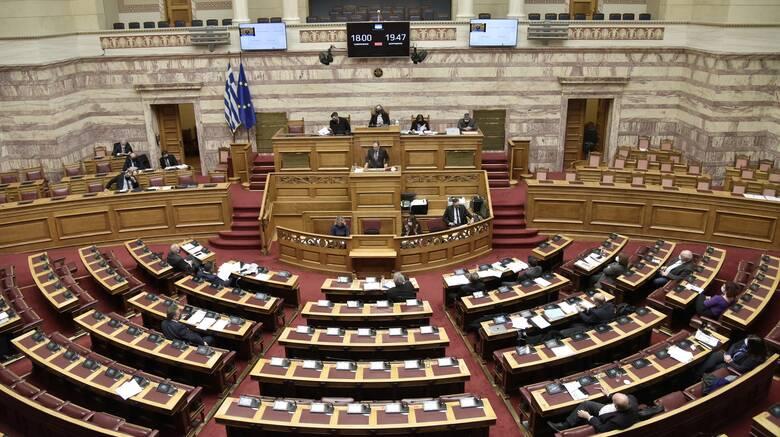Ενός λεπτού σιγή στη μνήμη του αρχιπυροσβέστη Ιωάννη Ζαφειρόπουλου τήρησε η Βουλή
