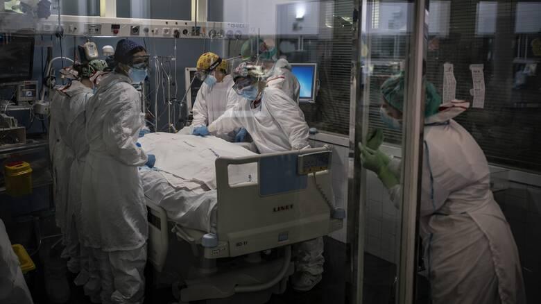 Κορωνοϊός - έρευνα: Μειώθηκαν οι θάνατοι ασθενών στις ΜΕΘ από Covid-19