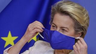 Κορωνοϊός - Φον ντερ Λάιεν: Υπεραμύνεται της ευρωπαϊκής στρατηγικής εμβολιασμού