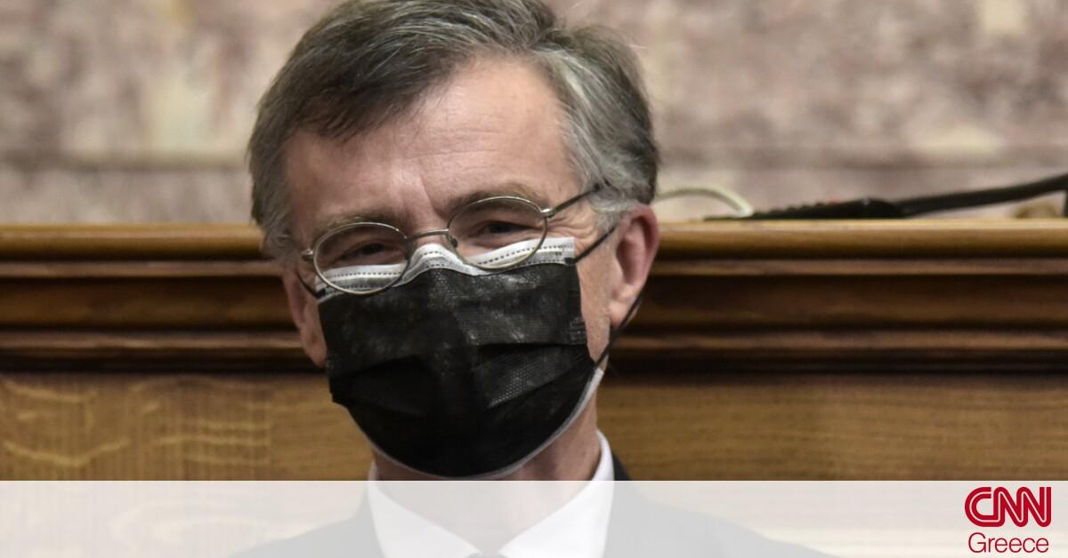 Ο Τσιόδρας στη Βουλή με διπλή μάσκα: Θα επικρατήσουν παντού οι μεταλλάξεις
