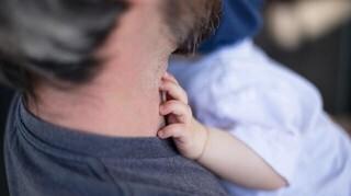 Άδεια τοκετού και σε πατέρες: Ό,τι προβλέπει νομοσχέδιο για νέους γονείς