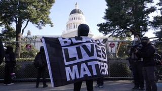 ΗΠΑ: Λευκός αστυνομικός διώκεται για τη δολοφονία άοπλου Αφροαμερικανού