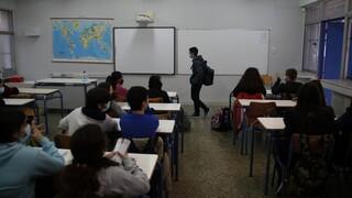 Καπραβέλος: «Έκρηξη» κρουσμάτων αν δεν κλείσουν τα σχολεία
