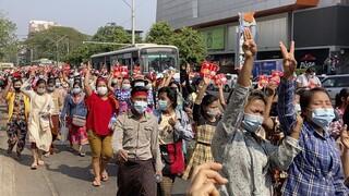 Δεύτερη μέρα διαδηλώσεων στη Μιανμάρ κατά του πραξικοπήματος και υπέρ της Αούνγκ Σαν Σου Κι