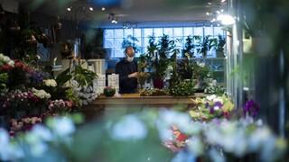 Αλλόκοτος Άγιος Βαλεντίνος: Οι ανθοπώλες ετοιμάζουν λουλούδια και... στεφάνια για τον κορωνοϊό