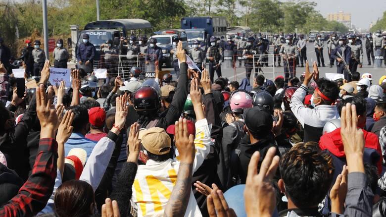 Μιανμάρ: Νέες μαζικές διαδηλώσεις παρά τις προειδοποιήσεις της χούντας