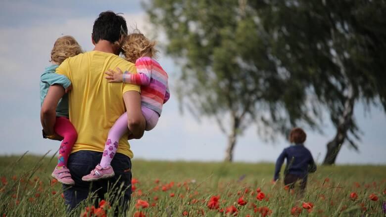 «Ενεργοί μπαμπάδες»: Η συνεπιμέλεια και ο ίσος χρόνος με τους δύο γονείς είναι δικαίωμα του παιδιού