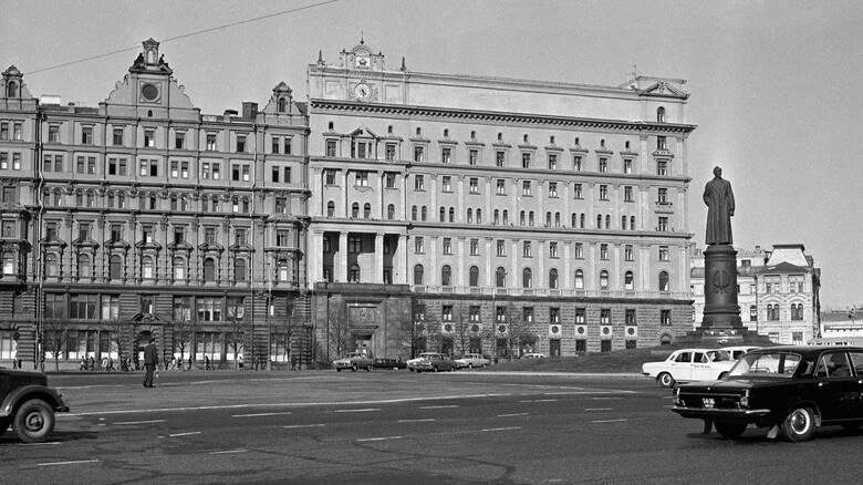 Στο «σφυρί» βγαίνουν φονικά γκάτζετ κατασκόπων της KGB στο Μπέβερλι Χιλς