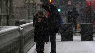 Σε «κλοιό» κακοκαιρίας Γερμανία και Βρετανία, οδηγοί παγιδευμένοι στο χιόνι
