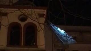Κακοκαιρία - Θεσσαλονίκη: Στέγη «καρφώθηκε» πάνω σε εκκλησία λόγω ανεμοθύελλας