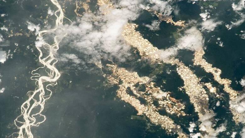 Η θλιβερή αλήθεια πίσω από τα «χρυσά ποτάμια» του Αμαζόνιου που φανέρωσε η φωτογραφία της NASA