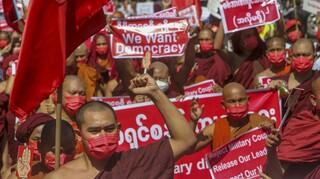 Μιανμάρ: Εκατοντάδες χιλιάδες στους δρόμους παρά τις απειλές της χούντας