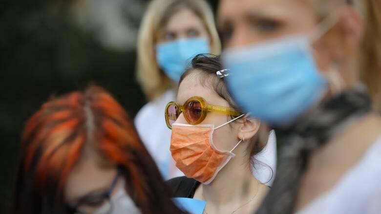 Παπαευαγγέλου: Η διπλή μάσκα προστατεύει κατά 96% - Προς νέες οδηγίες της Επιτροπής