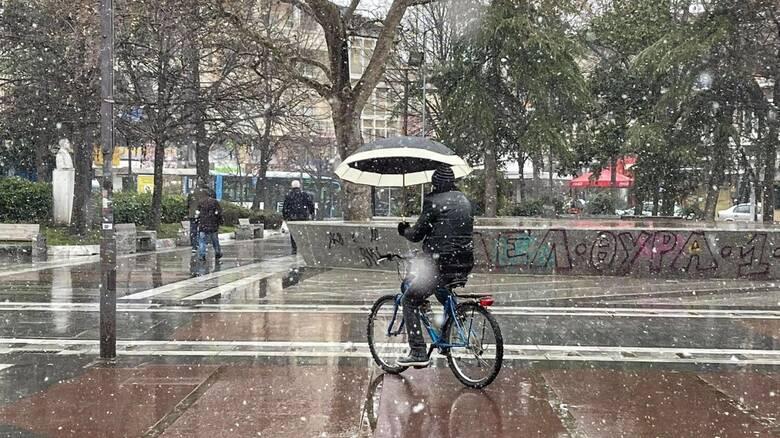 Κακοκαιρία «Μήδεια»: Χιονίζει στην Λάρισα - Απαγόρευση κυκλοφορίας στα φορτηγά