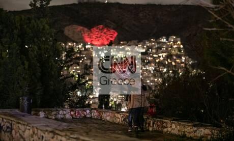 Άγιος Βαλεντίνος: Η «μεγάλη καρδιά» του Χαϊδαρίου φώτισε ρομαντικά το δειλινό
