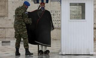 Κακοκαιρία «Μήδεια»: Οι Εύζωνες φόρεσαν τις κάπες τους