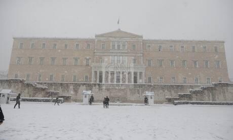 Εικόνες από τη χιονισμένη Αθήνα: Ελάχιστοι κυκλοφορούν στο Κέντρο της πόλης