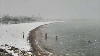 Κακοκαιρία «Μήδεια»: Τολμηροί χειμερινοί κολυμβητές κάνουν βουτιές σε Γλυφάδα και Βουλιαγμένη