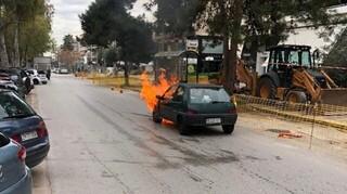 Γλυφάδα: Όχημα τυλίχθηκε στις φλόγες - Σώθηκαν στο «παρά πέντε» ηλικιωμένη και παιδί
