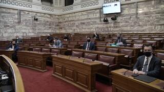 Καυγάς Καραμανλή - Γιαννούλη στη Βουλή: Κριτική της αντιπολίτευσης για το κλείσιμο της Εθνικής
