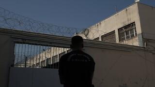 Βίντεο - ντοκουμέντο: Υπάλληλος των φυλακών προμήθευε με κινητά τους κρατούμενους