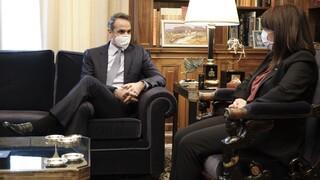 Συνάντηση του πρωθυπουργού με την Κατερίνα Σακελλαροπούλου