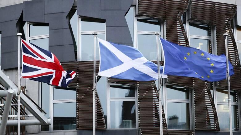 Brexit: H Σκωτία υποστέλλει τη βρετανική σημαία