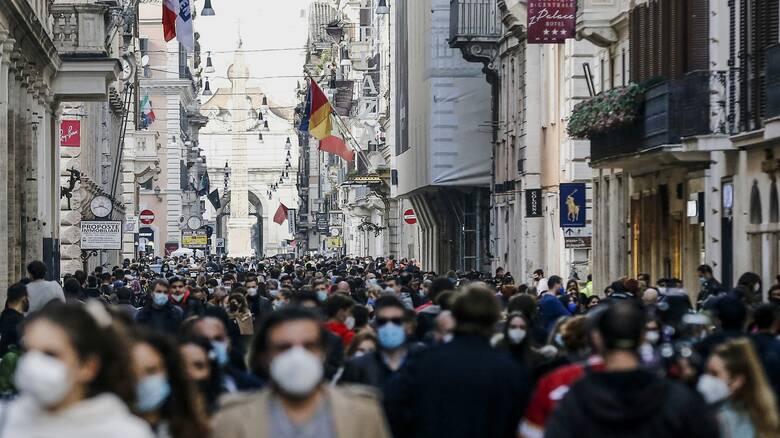Ιταλία - Κορωνοϊός: Εικόνες συνωστισμού ξανά, οι αρχές έκλεισαν εμπορικές οδούς
