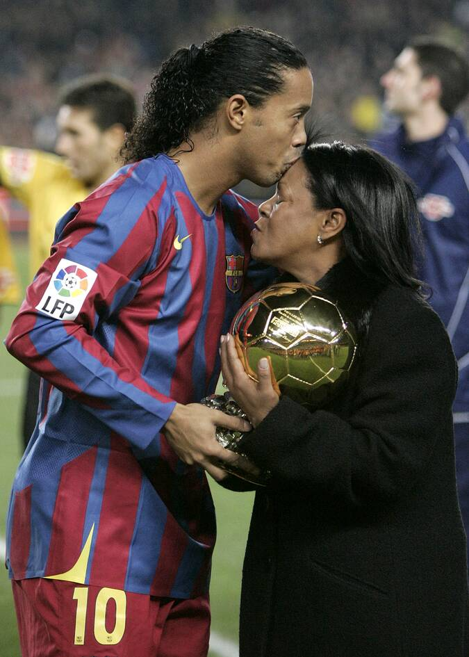 https://cdn.cnngreece.gr/media/news/2021/02/21/255351/photos/snapshot/ronaldinho-mhtera-toy.jpg