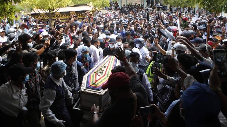 Μιανμάρ: Κοσμοσυρροή στην κηδεία της νεαρής διαδηλώτριας - σύμβολο της αντίστασης