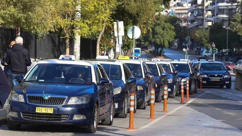Θεσσαλονίκη: Οδηγοί ταξί μεταφέρουν δωρεάν πολίτες που έχουν ανάγκη στο εμβολιαστικό κέντρο της ΔΕΘ