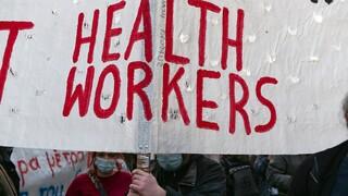 Θεσσαλονίκη: Διαμαρτυρία υγειονομικών μπροστά από το ΥΜΑΘ