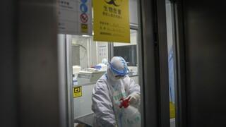 Κίνα: Όχι, δεν αναγκάσαμε Αμερικανούς διπλωμάτες να κάνουν πρωκτικό Covid τεστ