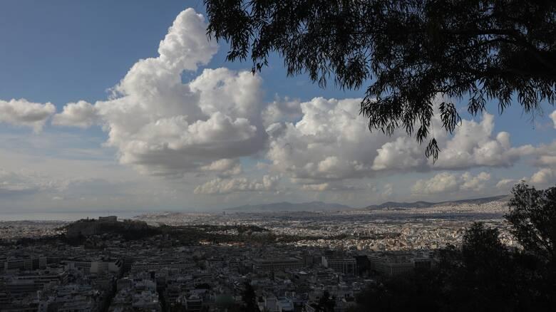 Καιρός: Λίγη συννεφιά και υψηλές θερμοκρασίες την Παρασκευή