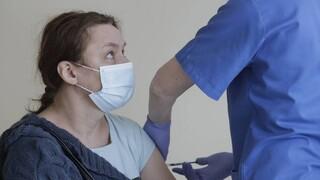 Μπορούν τα εμβόλια να μειώσουν τη μετάδοση της COVID-19; - Τα νεότερα δεδομένα
