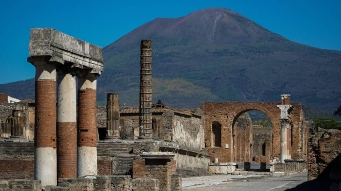 Ιταλία - Μοναδικό εύρημα: Στο φως σχεδόν άθικτο ρωμαϊκό άρμα στην Πομπηία