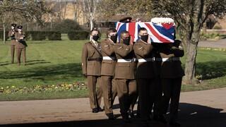Βρετανία: Με στρατιωτικές τιμές κηδεύτηκε ο «ήρωας του lockdown» Τομ Μουρ