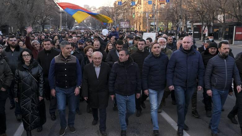 Αρμενία: Εισβολή διαδηλωτών σε κυβερνητικό κτήριο