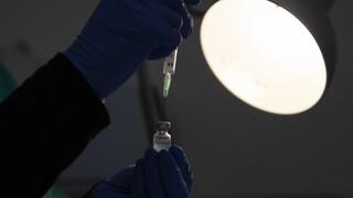 Εμβόλια: Υψηλά ποσοστά αποτελεσματικότητας από την πρώτη δόση για Pfizer, AstraZeneca