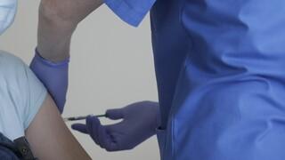 Κορωνοϊος: Ο εμβολιασμός «σώζει» και χρόνια ζωής