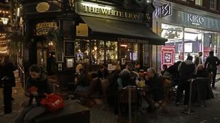 «Ασκήσεις επαναλειτουργίας» στα νυχτερινά κέντρα της Βρετανίας - Προσομοίωση με εθελοντές