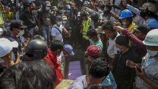 Η Μιανμάρ θρηνεί τους νεκρούς της: Σύμβολο η 19χρονη που πέθανε φορώντας t-shirt «Όλα θα πάνε καλά»