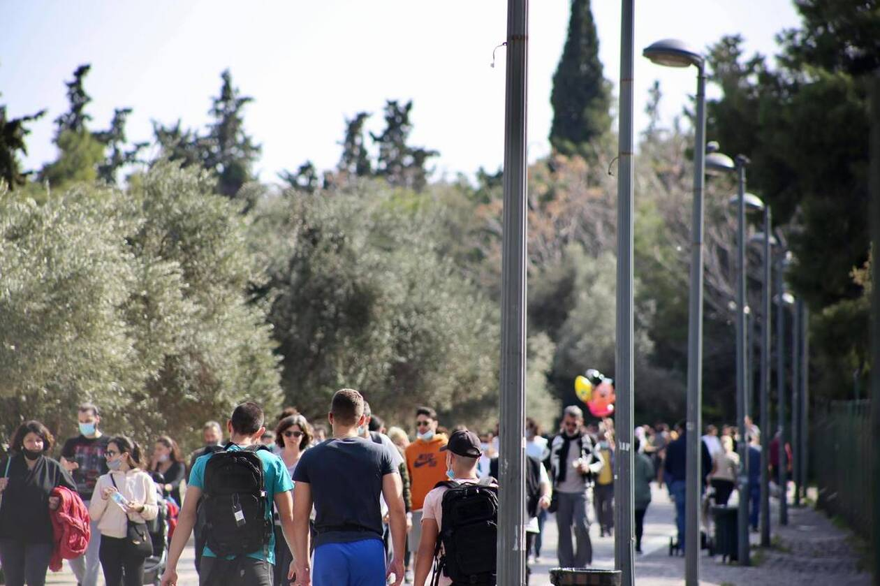 https://cdn.cnngreece.gr/media/news/2021/03/06/257123/photos/snapshot/lockdown_athinaioi_volta-4.jpg