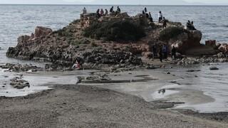 Καβούρι: Υποχώρησε η θάλασσα και αποκάλυψε εξωτικό τοπίο