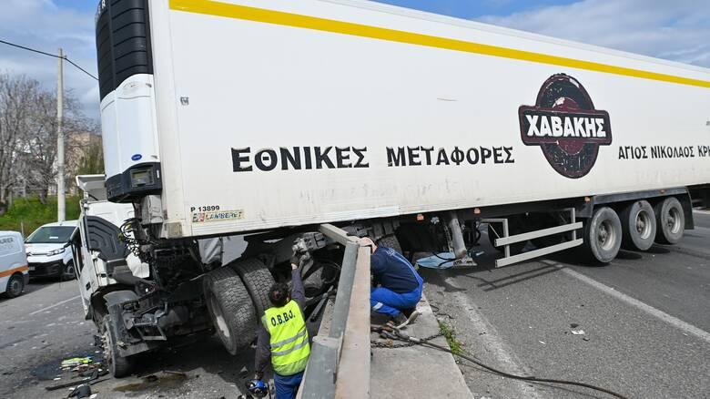 Σοβαρό τροχαίο με τρεις τραυματίες στον Κηφισό - Κλειστό το ρεύμα προς Πειραιά